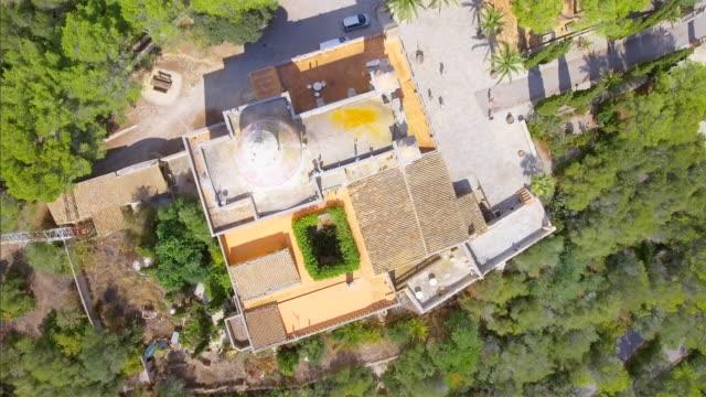 stockvideo's en b-roll-footage met arial (direct bovenstaande) weergave van klooster ermita de nostra senyora de bonany in de buurt van door vilafranca de bonany op mallorca / spanje - klooster