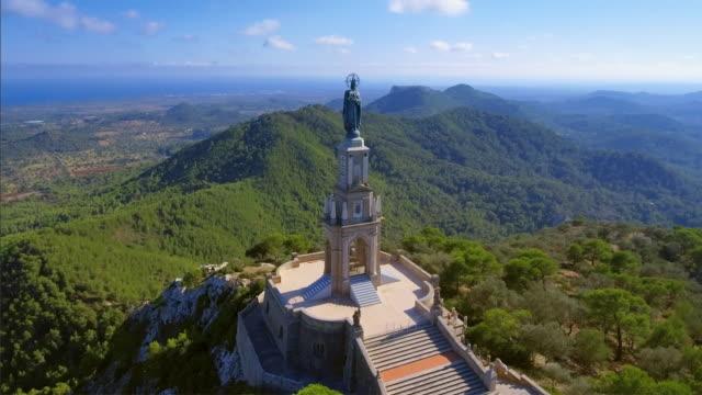 arial visa av santuari de sant salvador-klostret och kristus konungen monument - mallorca / spanien - pilgrimsfärd bildbanksvideor och videomaterial från bakom kulisserna