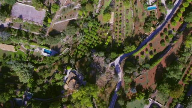 バレアレス マヨルカ島の valldemosa の arial ビュー/スペインのソリェルのトラムンタナ山脈 - ヴァルデモサ点の映像素材/bロール