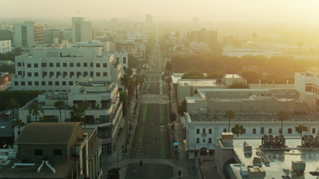 vídeos de stock e filmes b-roll de arizona avenue, santa monica at sunrise during the covid-19 lockdown - aerial - covid flight