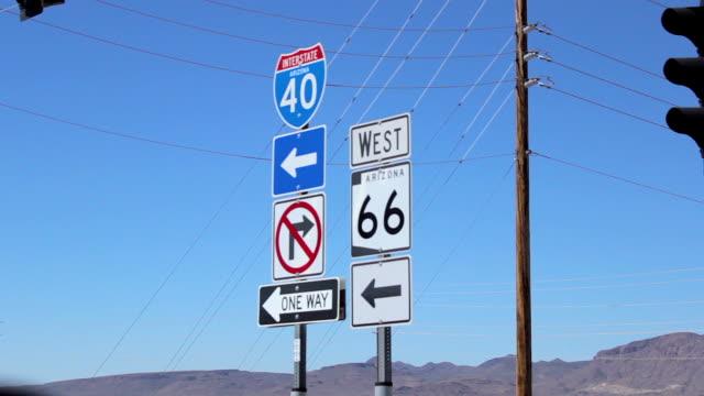 stockvideo's en b-roll-footage met arizona kruis verkeerstekens op route 66 - arizona highway signs