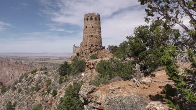 arizona, grand canyon, a seitenansicht des wachturms am desert view am südrand - grand canyon nationalpark stock-videos und b-roll-filmmaterial