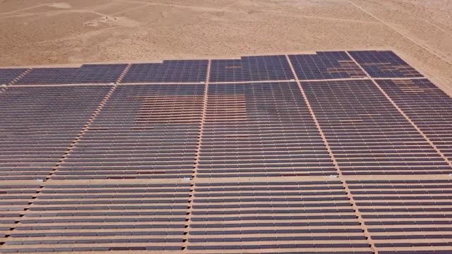 stockvideo's en b-roll-footage met arizona zonnepaneel boerderij - reus fictief figuur