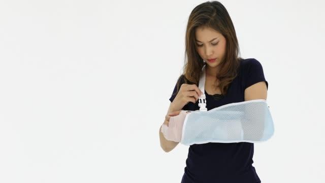 vídeos de stock, filmes e b-roll de paciente fêmea quebrado braço. - ortopedia