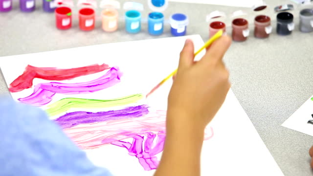Brazo del niño pintando un cuadro - vídeo