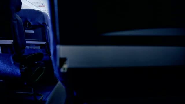 안락의자 비행기 탑승 - airplane seat 스톡 비디오 및 b-롤 화면