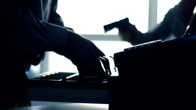 vídeos de stock e filmes b-roll de armed robbery - ladrão