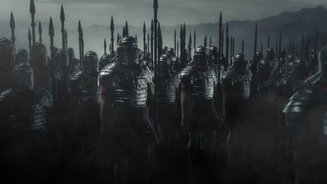 stockvideo's en b-roll-footage met gewapende romeinse legioen soldaten gaan oorlog - middeleeuws