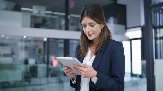 beväpnad med modern teknik för moderna affärer - affärskvinna bildbanksvideor och videomaterial från bakom kulisserna