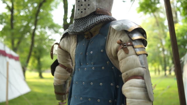 stockvideo's en b-roll-footage met armor pak kostuum - ridderlijkheid