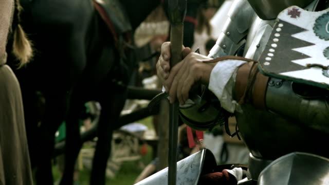 stockvideo's en b-roll-footage met gepantserde middeleeuwse ridder krijger met metalen zwaard - ridderlijkheid