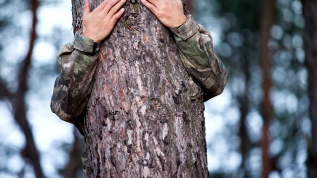arms around the trunk - djurarm bildbanksvideor och videomaterial från bakom kulisserna