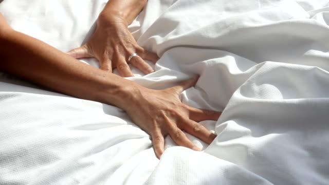 arme Frau packte eine weiße Decke im Bett und entspannt – Video