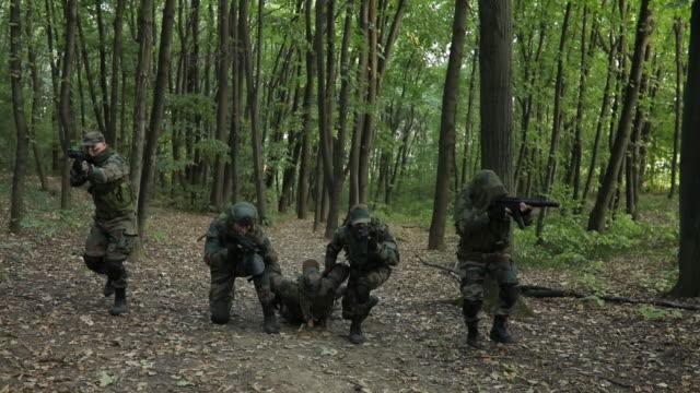 ordu adam savaşta yaralanmış - açık yara stok videoları ve detay görüntü çekimi