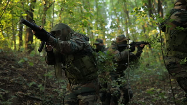 army moving on extreme terrain - lottare video stock e b–roll