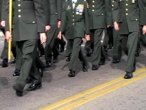 군대 rotc cadets 마칭 - veterans day 스톡 비디오 및 b-롤 화면