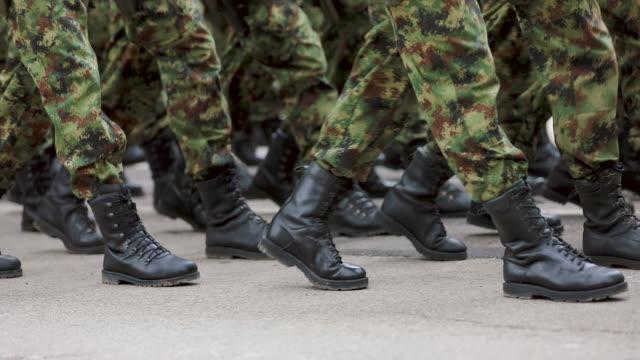 vidéos et rushes de soldats de l'armée marchant sur la parade militaire - bottes
