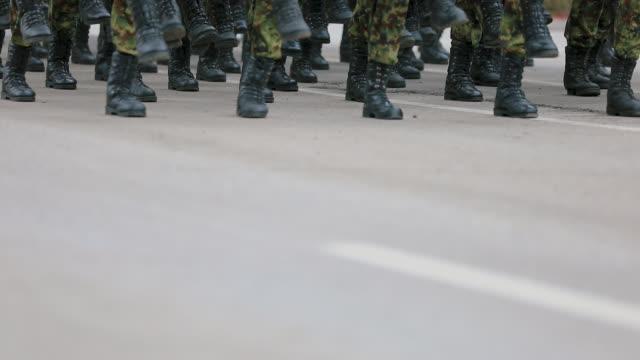 vídeos y material grabado en eventos de stock de soldados del ejército marchando en desfile militar - brigada