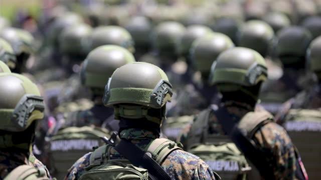 askeri parade üzerinde yürüyen ordu askerleri - sırbistan stok videoları ve detay görüntü çekimi