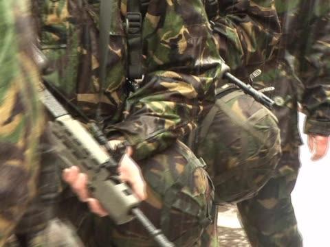 armia żołnierzy maszerować z armaty w kamuflaż - i wojna światowa filmów i materiałów b-roll