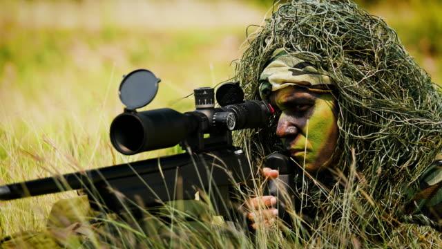 stockvideo's en b-roll-footage met leger soldaten sniper met kanonnen tijdens de militaire operatie in het veld, oorlog concept - zeemacht