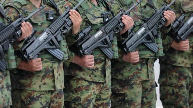 vídeos y material grabado en eventos de stock de soldados del ejército de pie y esperando la orden - brigada