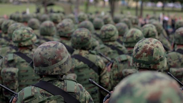 vídeos y material grabado en eventos de stock de soldados del ejército de pie en desfile militar - brigada