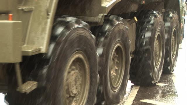 vídeos y material grabado en eventos de stock de ejército de camión/de militares vehículo en automóvil de neumáticos con gran - brigada