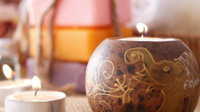 stockvideo's en b-roll-footage met de kaarsen van de aromatherapie voor ontspanning in massagesalon. - kaars