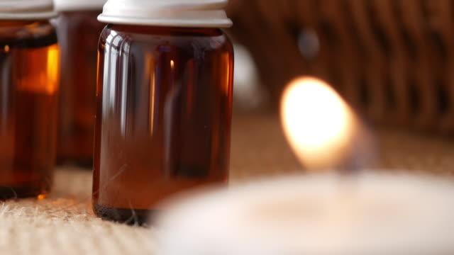 vídeos de stock, filmes e b-roll de óleo de aromaterapia com configuração de spa. - aromaterapia