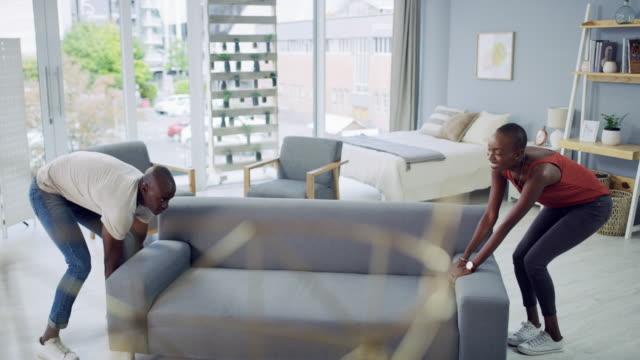 vídeos de stock, filmes e b-roll de organizando nossa área de estar - mobília