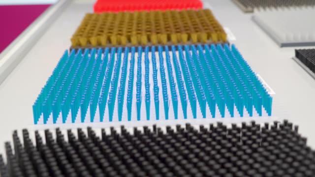 array der blauen spitzen federn auf der weißen plattform - pflicht stock-videos und b-roll-filmmaterial