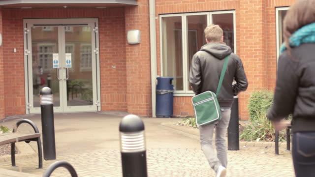 прибытие в школе - вход стоковые видео и кадры b-roll