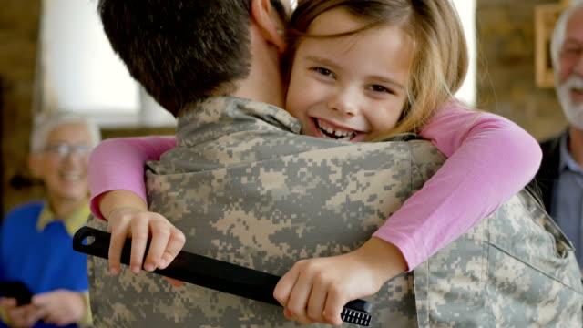 特殊部隊で奉仕した後に家に着く - 親族会点の映像素材/bロール