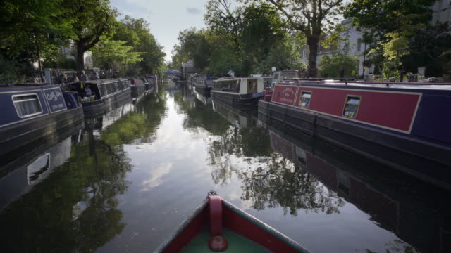 arrivo a little venice londra - chiatta video stock e b–roll