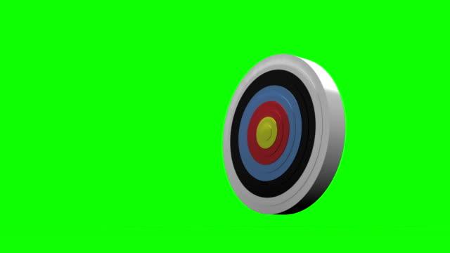 pfeil fliegt auf die dartscheibe und schlagen target - zielscheibe stock-videos und b-roll-filmmaterial