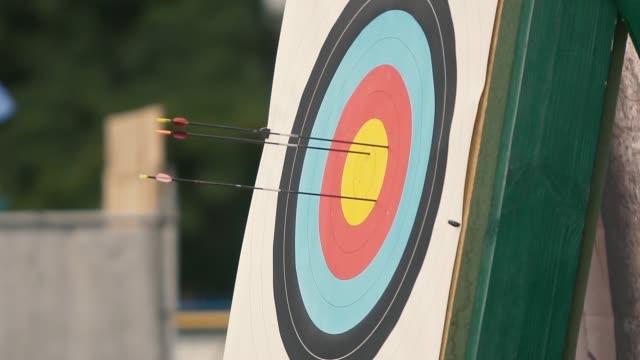 vidéos et rushes de flèche touche la cible - tir à l'arc