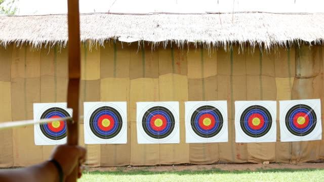 vidéos et rushes de flèches de frapper la cible - tir à l'arc