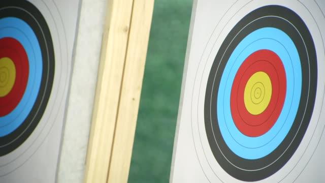 pfeil schießen im target - zielscheibe stock-videos und b-roll-filmmaterial