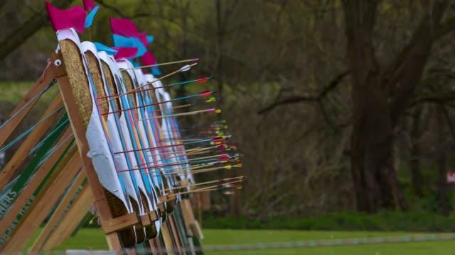 vidéos et rushes de flèches d'atterrissage dans la rangée de cibles de tir à l'arc - tir à l'arc