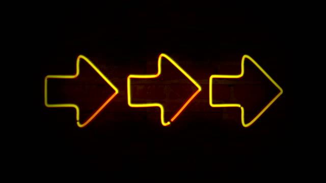 stockvideo's en b-roll-footage met pijlen gele neon licht - pijlbord