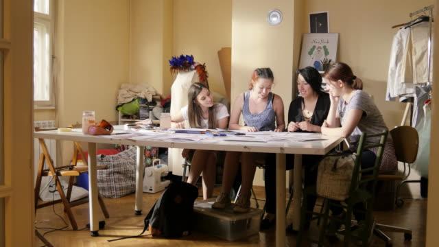 美術の授業。ファッションの学生が女性のファッションを描画します。東ヨーロッパ: ライフ スタイル ビデオ