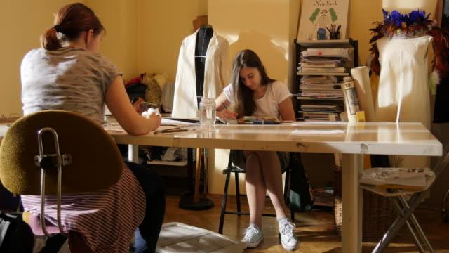 Kunst-Klasse. Mode-Studenten zeichnen Frauen Mode – Video