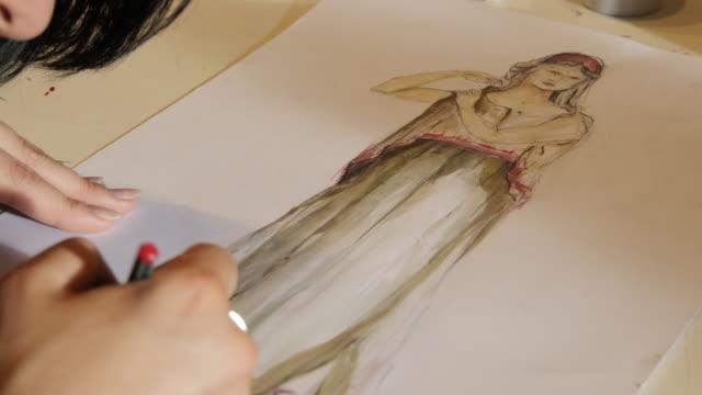 美術の授業。ファッション生徒たちを描く女性のファッション - 美術の授業点の映像素材/bロール