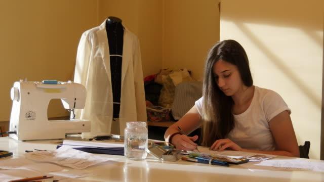 美術の授業。ファッション生徒たちを描く女性のファッション ビデオ