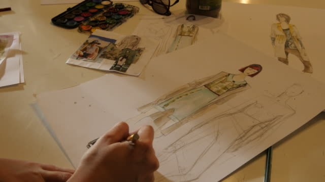 vidéos et rushes de classe d'art. étudiants de mode modes féminine de dessin - coudre