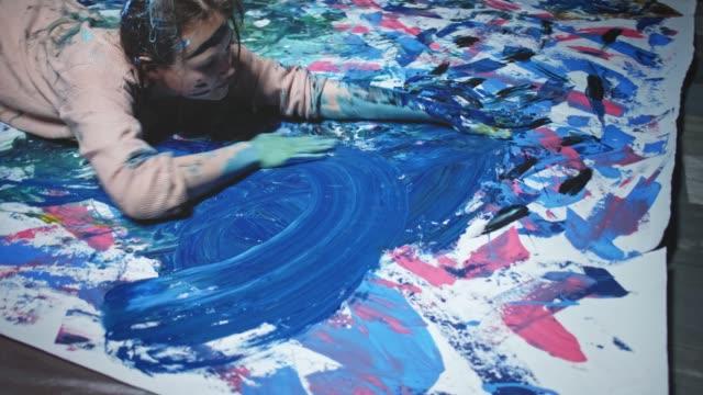 kunst-wahnsinn geboren, um besessene frau zu malen - bizarr stock-videos und b-roll-filmmaterial