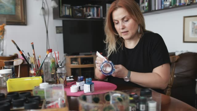 art painting on a glass bottle - навык стоковые видео и кадры b-roll
