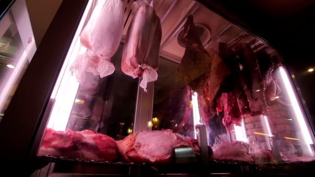 アートは、巨大なガラスの箱の中の肉のストレージのショット。 ビデオ