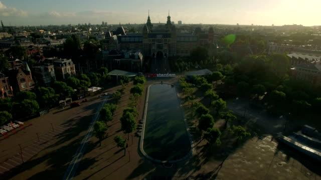 konst-torget och rijksmuseum. flygfoto över amsterdam - drone amsterdam bildbanksvideor och videomaterial från bakom kulisserna